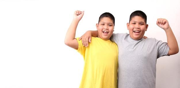 Twee kleine jongens tweeling geïsoleerd op een witte achtergrond.