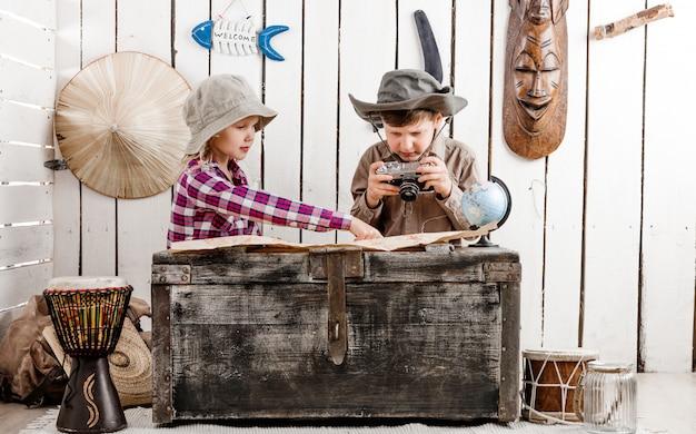 Twee kleine kinderen kijken naar kaart