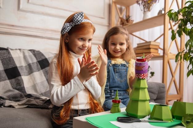 Twee kleine kinderen, meisjes samen in creativiteit van het huis.