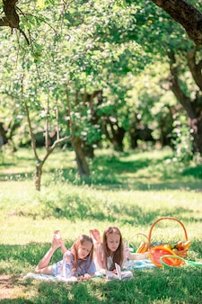 Twee kleine kinderen op picknick in het park