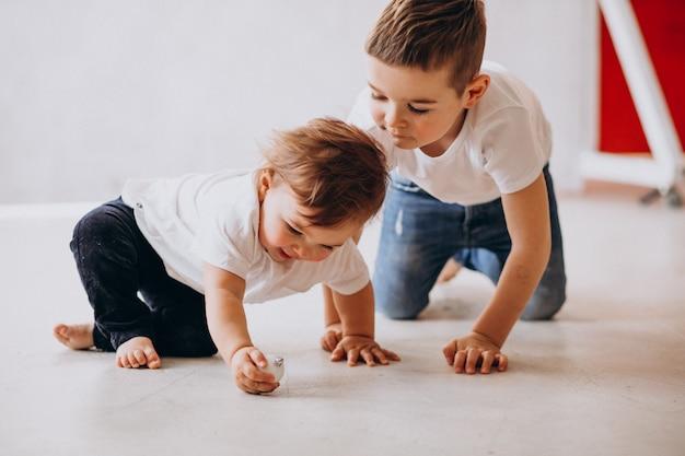 Twee kleine kinderen plezier maken