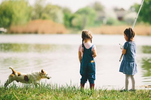 Twee kleine meisjes bij het vissen