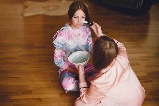 Twee kleine meisjes in een schattige pyjama