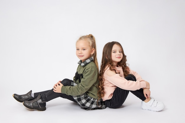 Twee kleine meisjes knuffelen, kinderen, zussen