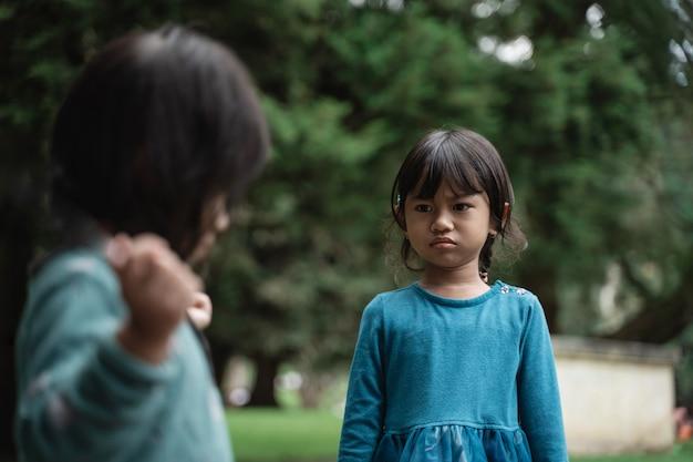 Twee kleine meisjes vechten om speelgoed