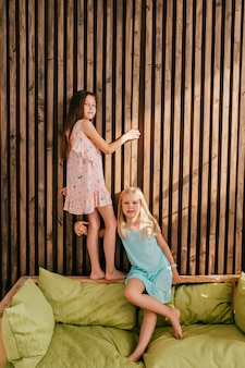 Twee kleine stijlvolle modellen meisjes poseren