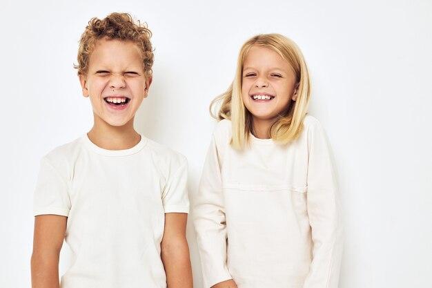 Twee kleuters jongen en meisje gebaren met hun handen geïsoleerde achtergrond. hoge kwaliteit foto