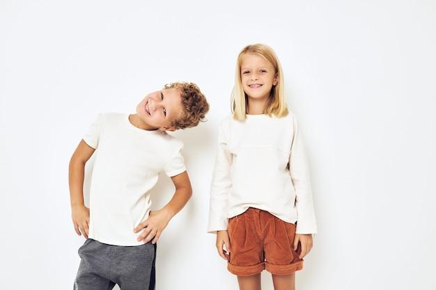 Twee kleuters jongen en meisje kleine vrolijke vrolijke vrienden leuke jeugd. hoge kwaliteit foto