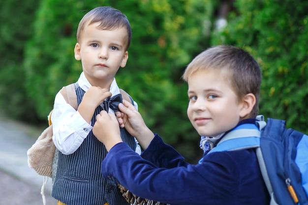 Twee knappe jongens in het park