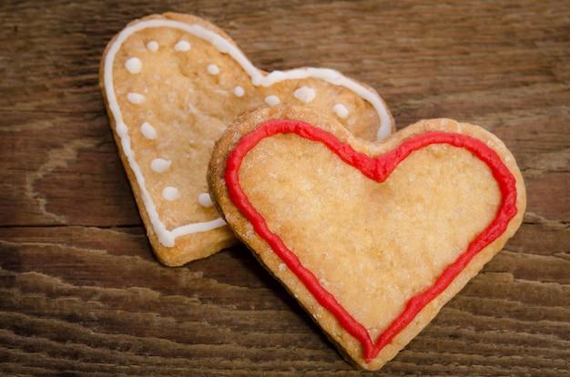 Twee koekjes-harten op houten