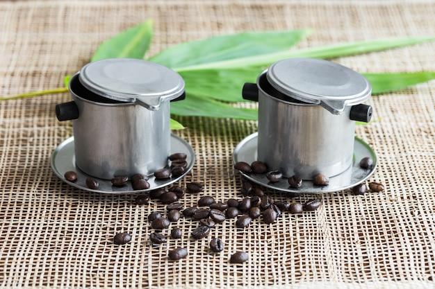 Twee koffiezetapparaten op placemat.
