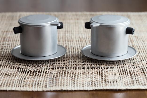 Twee koffiezetapparaten. vietnam stijl
