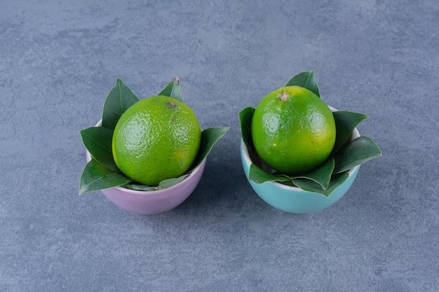 Twee kommen citroenen, op het donkere oppervlak
