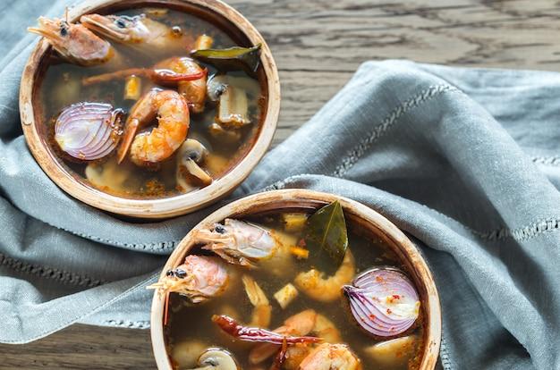 Twee kommen thaise tom yum soep