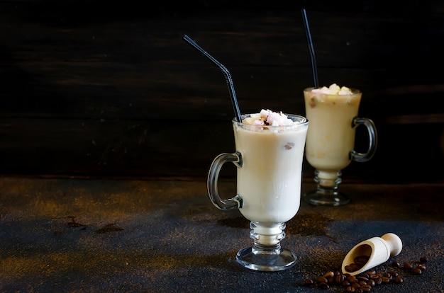 Twee kop ijskoffie met melk