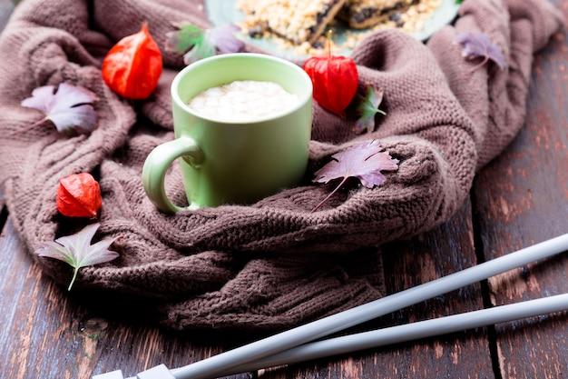 Twee kop koffie of warme chocolademelk met marshmallow,