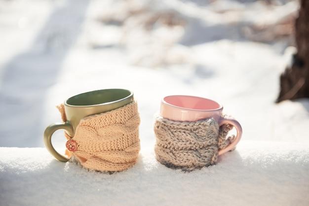 Twee kop theeën van een winterlandschap
