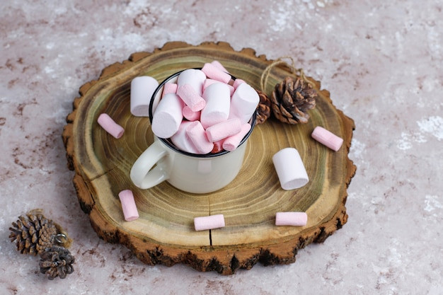 Twee kop warme chocolademelk met marshmallow op tafel