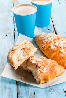 Twee kopjes espresso en croissants