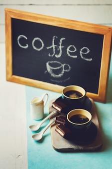 Twee kopjes espresso met chocoladetaart