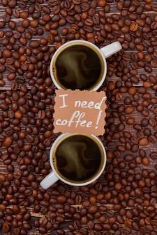 Twee kopjes koffie en bonen bovenaanzicht. ik heb koffieconcept nodig.