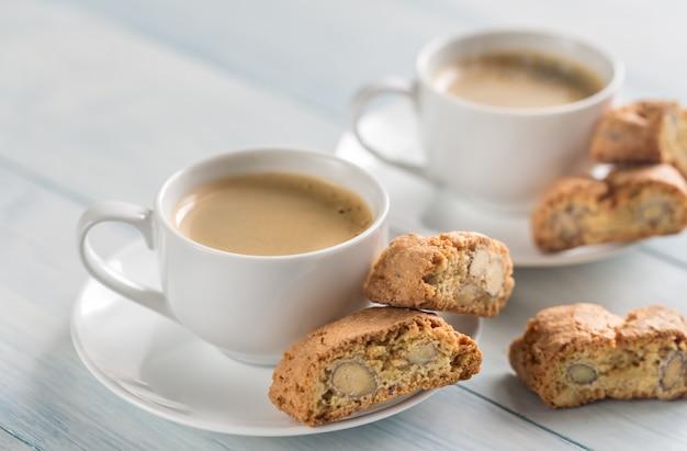 Twee kopjes koffie met cantuccini