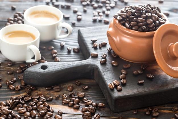 Twee kopjes koffie met koffiebonen