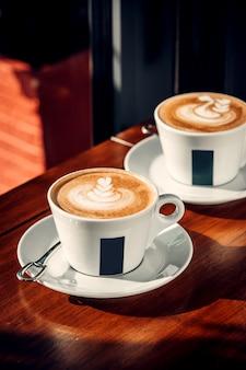 Twee kopjes koffie met latte kunst