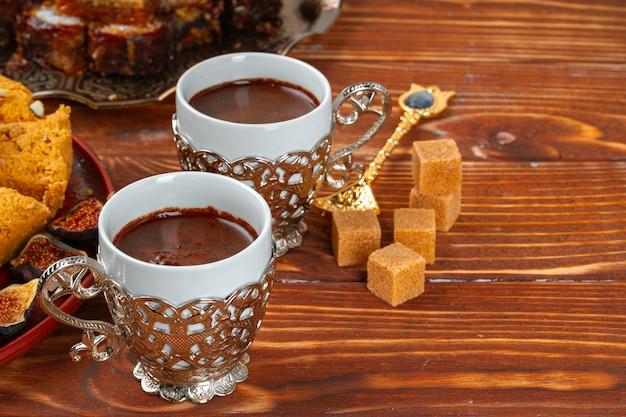 Twee kopjes koffie met traditionele turkse desserts