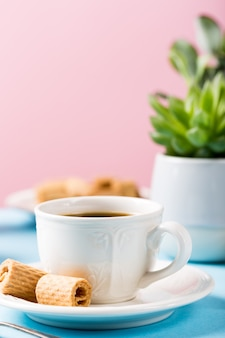 Twee kopjes koffie met wafeltje rools