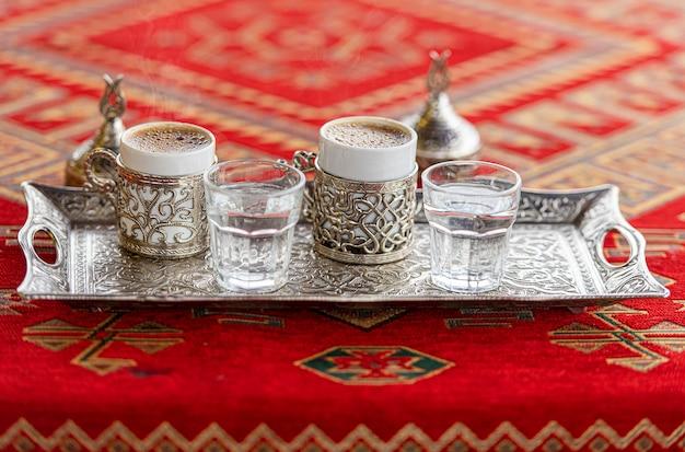 Twee kopjes met traditionele turkse drank turkse koffie op de tafel
