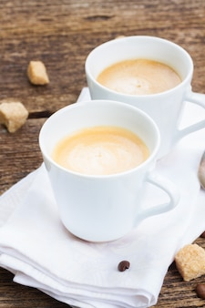 Twee kopjes met verse espressokoffie