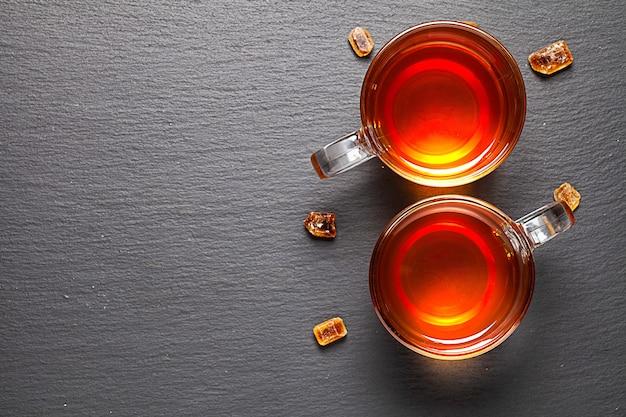 Twee kopjes thee op oud rustiek