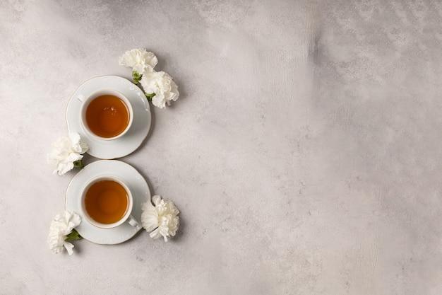 Twee kopjes thee voor 8 maart in bloemen