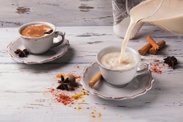 Twee kopjes traditionele pittige indiase thee