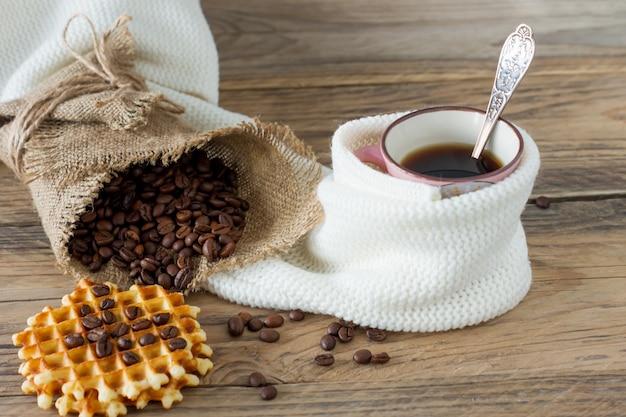 Twee kopjes vers gezette espresso op houten tafel. koffiebonen op licht houten tafel, rustieke stijl, zelfgemaakte.