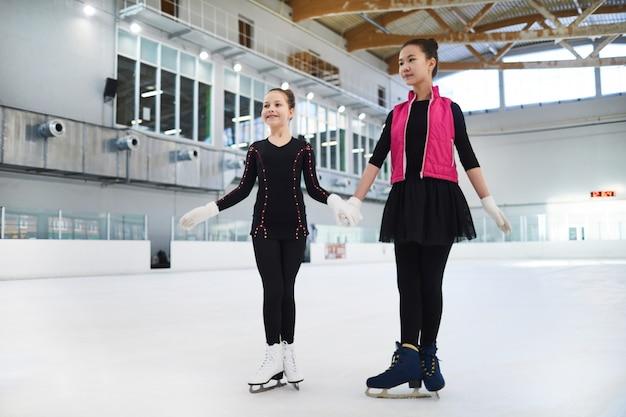 Twee kunstschaatsers die zich op ijs