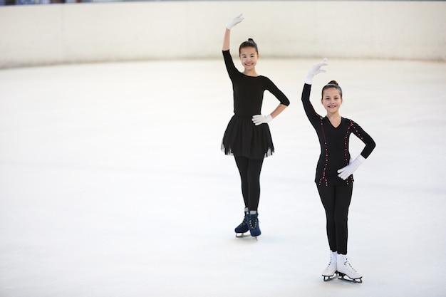 Twee kunstschaatsers poseren in competitie