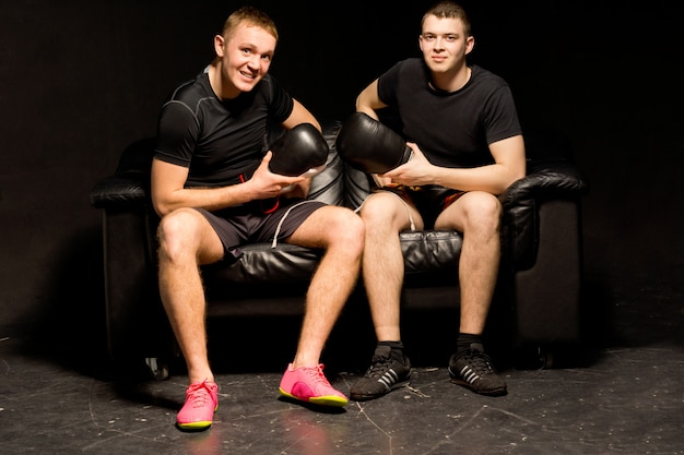 Twee lachende, vriendelijke, fitte jonge boksers