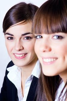 Twee lachende vrouwen kijken naar de camera