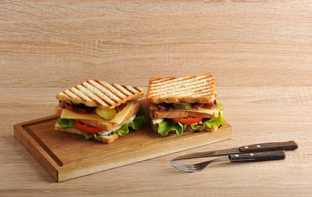 Twee lagen sandwich met spek en kipfilet