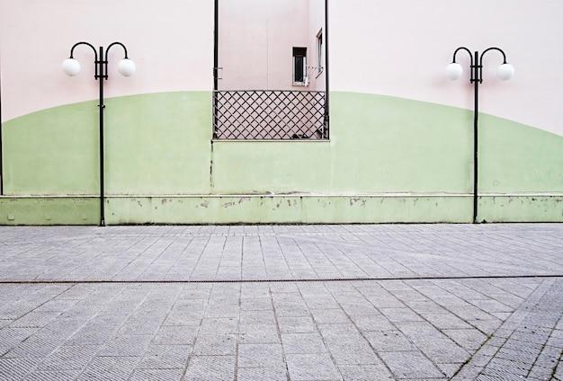 Twee lamp poststraat op muurachtergrond
