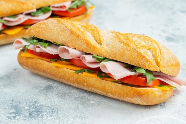 Twee lange sandwiches met rucola