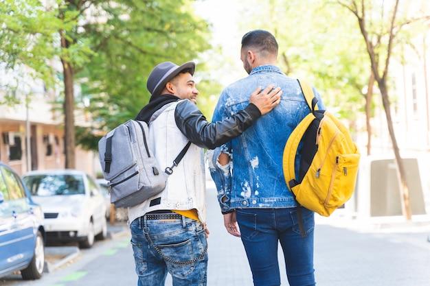 Twee latijns-amerikaanse vrienden lopen samen naar de universiteit.
