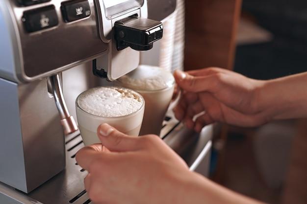 Twee lattes in de koffiemachine