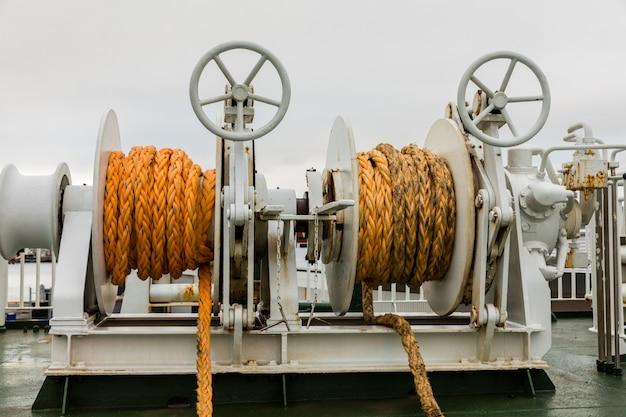 Twee lieren met oranje touw op een veerboot
