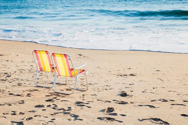 Twee ligstoelen op het strand