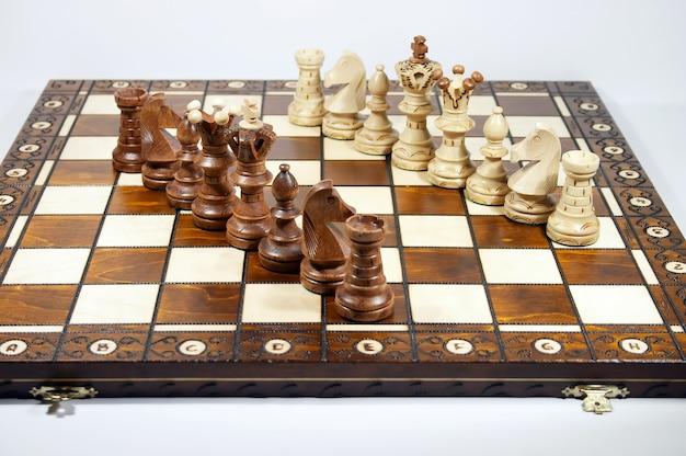 Twee lijnen van schaakstukken op schaakbord