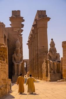 Twee lokale mannen die de egyptische tempel van luxor bezoeken