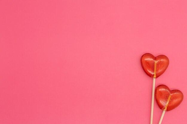 Twee lollies. rode harten. snoep. liefde concept. valentijnsdag.